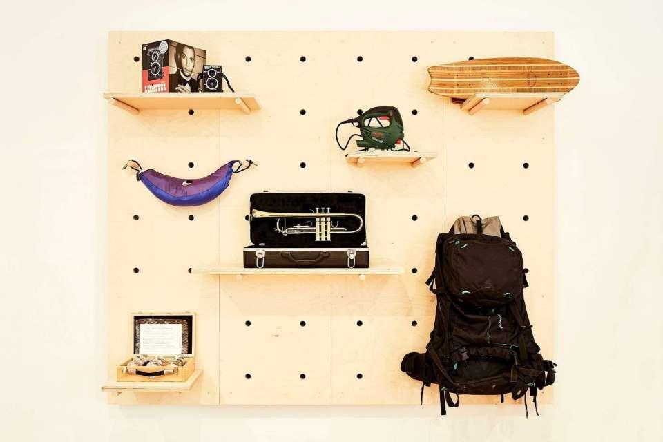 Objekte an der Wand präsentiert im Leila.Wien