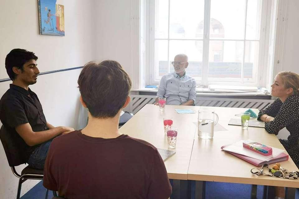 Anwar und Nikolai beim Einstufungsgespräch mit Antonio Zapata und Susanne Eckl