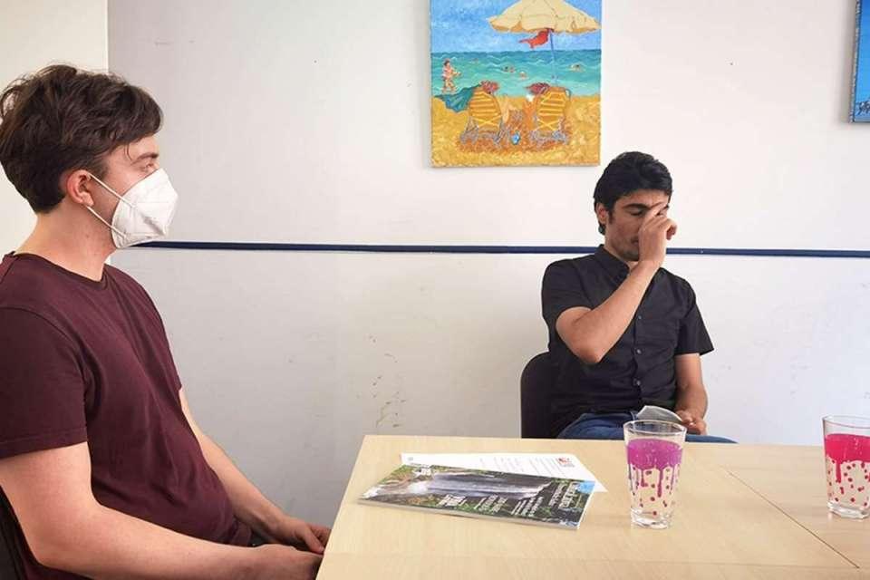 Nikolai und Anwar beim Gespräch