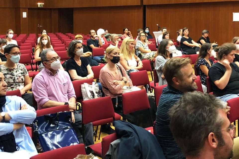 Mehrere Personen im Publikum.
